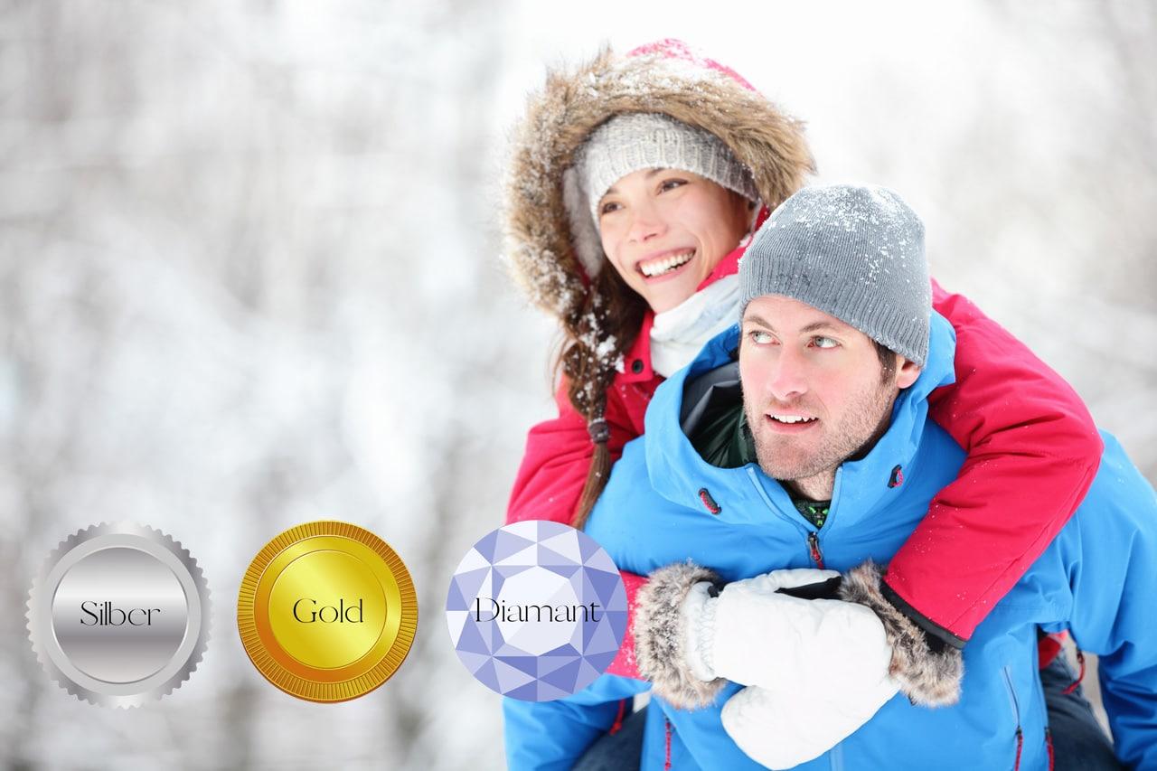 Ein Mann und eine Frau im Winter und Simonclub Badges